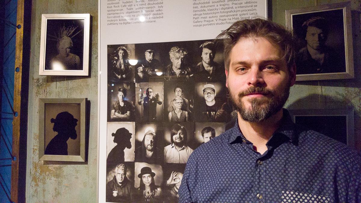 Honza Sakař vystavuje v Rock Cafe fotky na plech