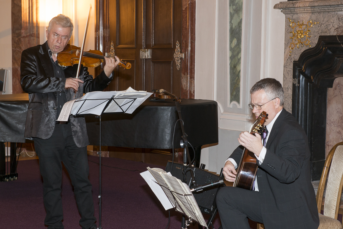 Benefiční koncert houslisty Jaroslava Svěceného a kytaristy Miloslava Klause