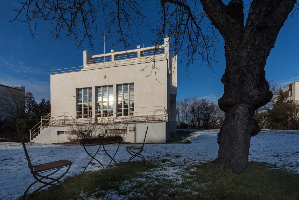 Winternitzova vila od Adolfa Loose – funkcionalistický klenot na Smichově žije