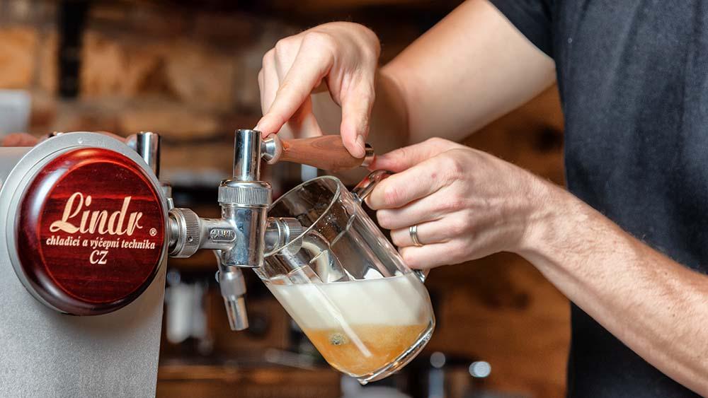 Co je česká pivní kultura a jak ji vidí Milan Rejholec, který otevřel Andělský pivovar na Smíchově