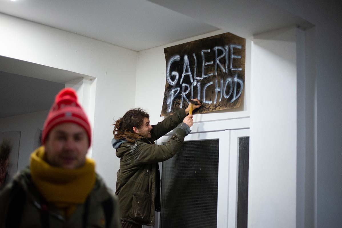 Galerie Průchod: neexistující výstavní prostor pro nikoho i pro všechny